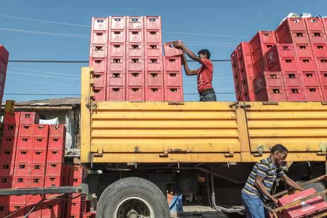 Des hommes chargent des caisses de bières sur un camion à Shewa Robit, dans le centre de l'Ethiopie, le 13décembre 2020.