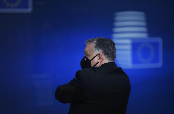 Le premier ministre hongrois Viktor Orban quitte le sommet européen, à Bruxelles, le 11 décembre.