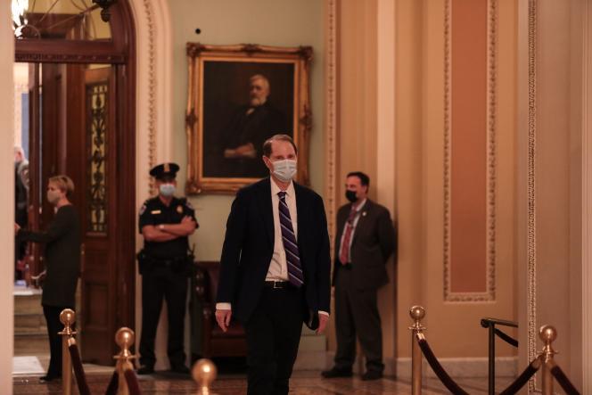 Le sénateur Ron Wyden siège à la fois à la commission du renseignement et à celle des finances au Sénat.