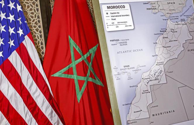 Les drapeaux des États-Unis et du Maroc à côté d'une carte du département d'État américain reconnaissant la souveraineté du royaume chérifien sur le Sahara occidental, à Rabat, le 12 décembre 2020.