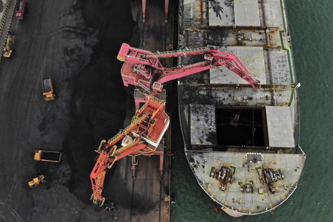 Un cargo décharge sa cargaison de charbon dans le port de Rizhao, dans la province du Shandong, dans l'est de la Chine, le 21 novembre 2019.