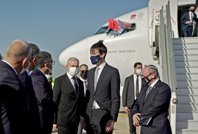 Le gendre du président sortant Donald Trump, Jared Kushner, entouré du Premier ministre israélien Benjamin Netanyahu et du conseiller à la sécurité nationale israélien Meir Ben-Shabbat à Rabat, le 22 décembre 2020.