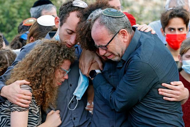 La famille d'Esther Horgen, lors des funérailles de la mère de famille franco-israélienne, le 22 décembre, dans la colonie de Tal Menashe, en Cisjordanie.