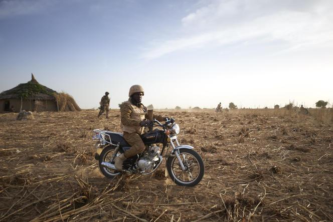 Un soldat burkinabé patrouille dans le nord du Burkina Faso, en novembre 2019.
