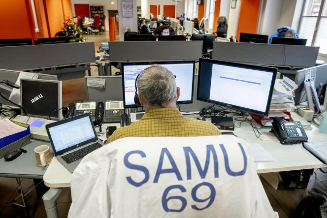 Dans le centre d'appel du SAMU de Lyon, le 15 décembre.