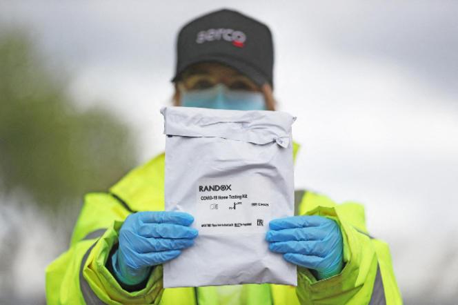 La société Randox a décroché des contrats publics d'une valeur cumulée de 479 millions de livres pour des kits de tests dont un demi-million d'entre eux se sont révélés inutiles à la suite de problèmes de sécurité dans l'usine. Ici, dans un centre de dépistage, à Belfast, le 2 mai.