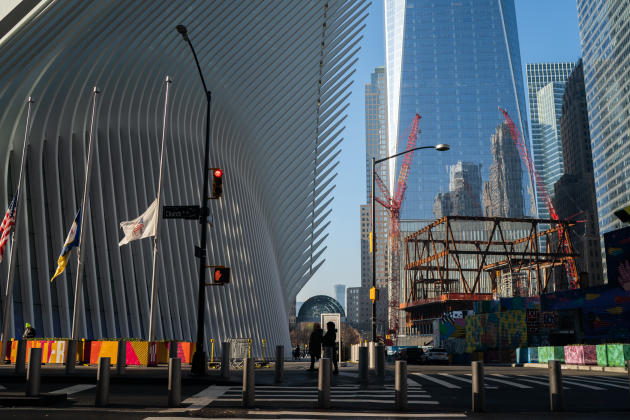 Au sud de Manhattan, au pied du World Trade Center, l'Oculus attire les touristes et les locaux qui travaillent dans les bureaux alentours.