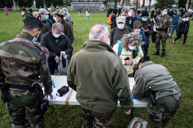 Des volontaires s'inscrivant pour participer à une battue citoyenne pour rechercher Delphine Jubillar, à Milhars (Tarn), le 23 décembre.