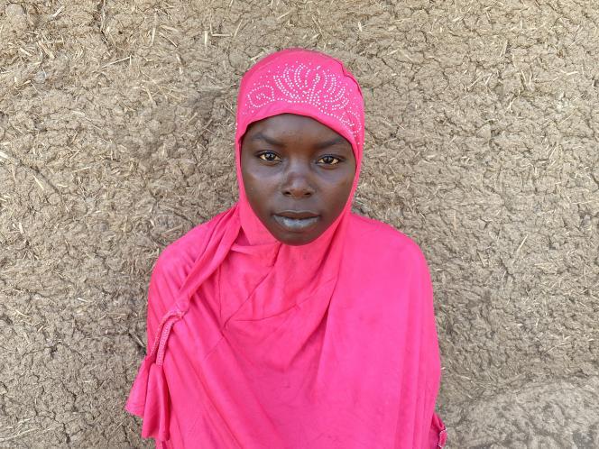Alima, 15 ans,a interrompu ses études en CM2 après avoir fui son village inondé pour se réfugier à Argazama, dans le département voisin.