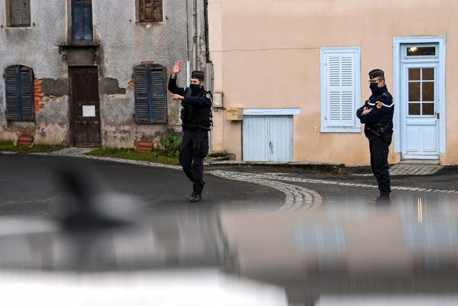 Un gendarme à Saint-Just (Puy-de-Dôme), le matin du 23 décembre, où trois gendarmes ont été tués dans la nuit.