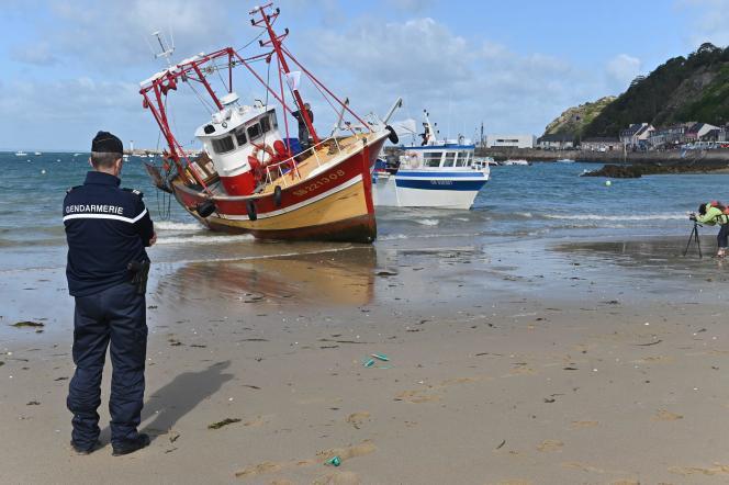Des bateaux volontairement échoués sur la plage d?Erquy, le 23 mai, pour protester contre le projet de parc Èolien en mer, en baie de Saint-Brieuc (Côtes-d'Armor).