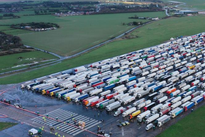 Dans l'attente de la réouverture des frontières, des poids lourds ont été garés à l'aéroport de Manston, près de Ramsgate, dans le sud-est de l'Angleterre, le 23décembre2020.