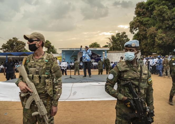 Le président de la République centrafricaine, Faustin-Archange Touadéra, prononce un discours de campagne à Bangui, la capitale, protégée par les militaires, le 12 décembre 2020.