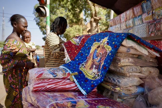 Près de la cathédrale de Ouagadougou, les pagnes religieux attirent croyants et collectionneurs.