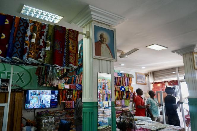 Chaque année, Jean-Baptiste Ilboudo vend plus de 60000pagnes religieux au Burkina Faso.