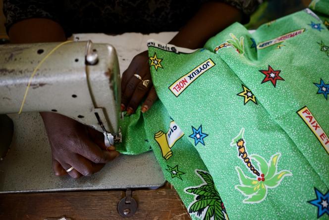 Chez le tailleur Adama Ouedraogo, musulman mais spécialiste des pagnes de Noël.