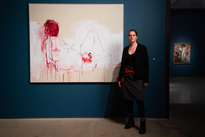 Tracey Emin posant à la Royal Academy of Arts, dans une salle de l'exposition «The Loneliness of the Soul», fermée au public le 15 décembre.
