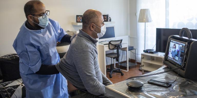Chez Monsieur et Madame Djamel et Ahlem Djaoud. L'association 7 se rend chez des patients pour détecter la covid et faire un examen clinique avec l'infirmier Yazid Attala. Un medecin examine le patient en distanciel. Marseille, le 15 décembre 2020