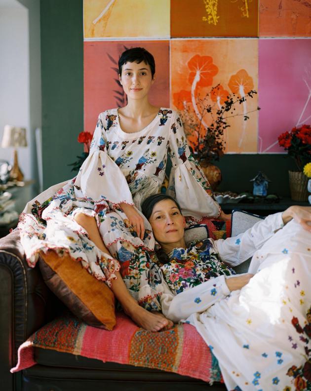 La créatrice Nathalie Lété et sa fille, AngèleFougeirol, dans le salon de la« maison Suzanne», en Seine-et-Marne, le 4 décembre.Marion Berrin pour M Le magazine du Monde