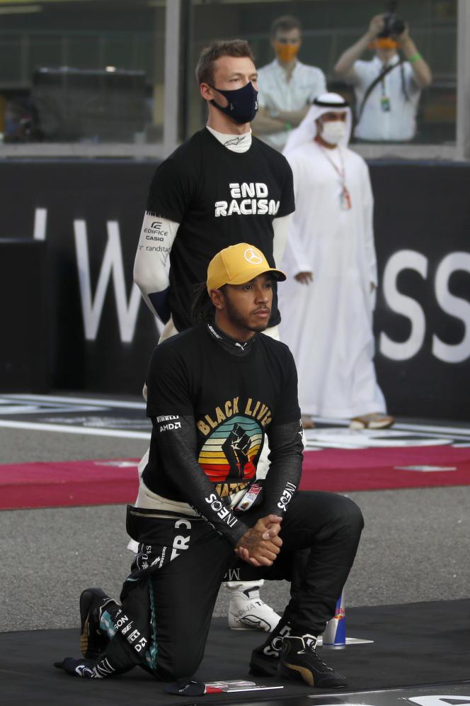 لویی همیلتون ، برای محکومیت خشونت علیه سیاه پوستان ، در یاس مارینا ، امارات متحده عربی ، در میله های جایزه بزرگ ابوظبی زانو زد ، 13 دسامبر 2020.