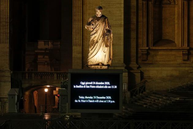 Un écran annonce la fermeture de la basilique Saint-Pierre de Rome avant la célébration de la messe de Noël par le pape François, jeudi 24 décembre.