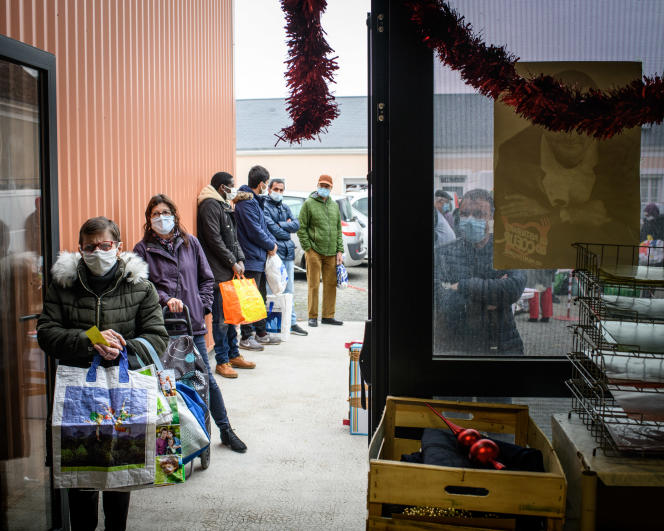 Distribution alimentaire par l'association Les Restos du cœur, dans la ville d'Oizé (Sarthe), le 27 novembre.