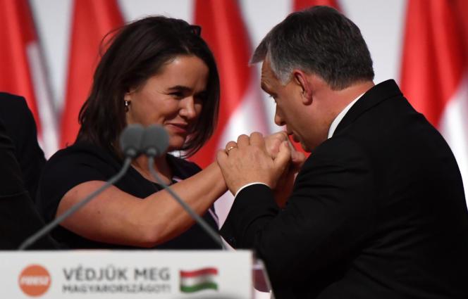 La ministre de la famille, Katalin Novak, saluée par Viktor Orban lors du congrès du Fidesz à Budapest, en novembre 2017.
