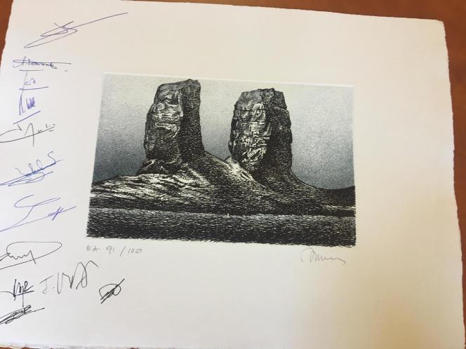 Feuille « d'émargement» spéciale des présents au conseil consultatif des TAAF, le 18 décembre: une gravure représentant l'arche des Kerguelen, créée en 2001 par Jacques Jubert. On pourra y trouver, entre autres, les signatures du préfet Giusti, d'Isabelle Autissier, de Pascale Joannot, etc.