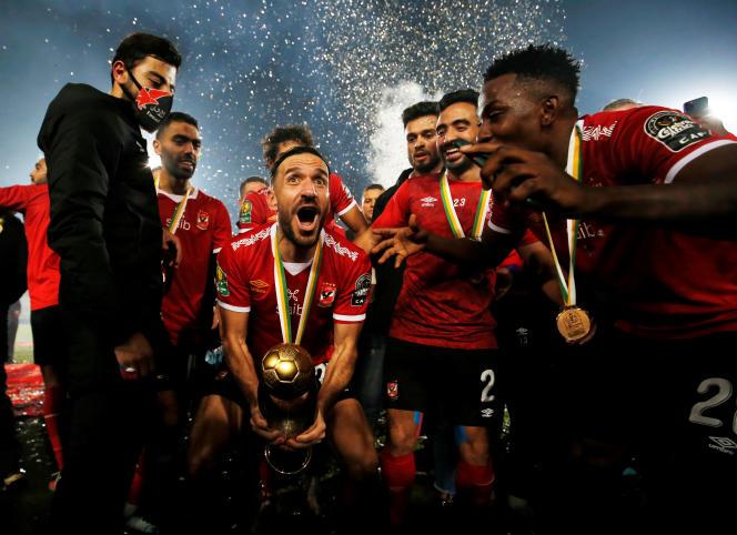 Le Tunisien Ali Maaloul (au centre) célèbre la victoire de son club d'Al-Ahly en finale de la Ligue des champions de la CAF, au Caire, le 27novembre 2020.