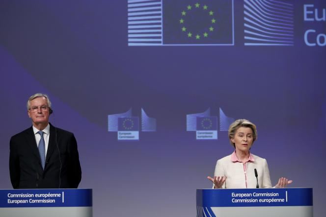 La présidente de la Commission européenne, Ursula von der Leyen, et le commissaire européen Michel Barnier, lors de l'annonce d'un accord historique conclu entre le Royaume-Uni et l'Union, jeudi 24 décembre 2020, à Bruxelles.