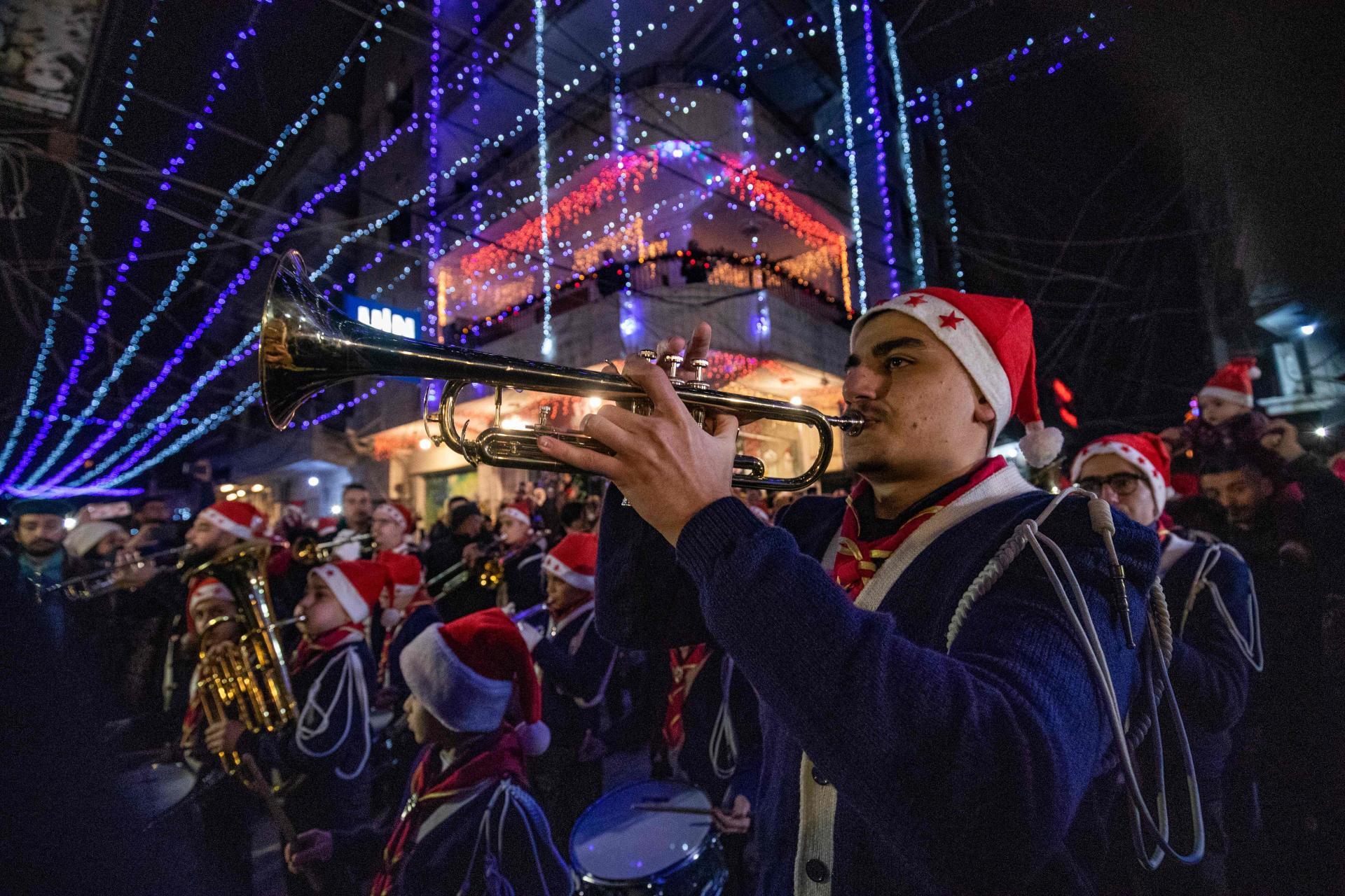 La banda musicale partecipa alle celebrazioni natalizie a Kameshlia, Siria, Kurdistan.