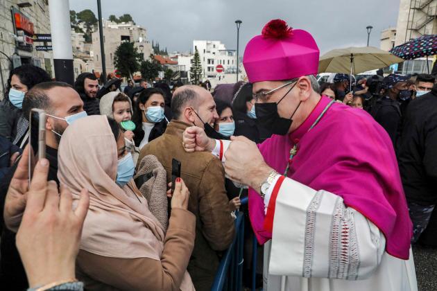 Durante la processione a Betlemme giovedì 24 dicembre, il nuovo patriota latino di Gerusalemme, Pierpatista Piscaballa.