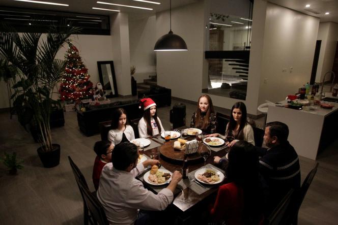 Une famille dîne pour le réveillon de Noël le 24 décembre 2020 à Monterrey, au Mexique.