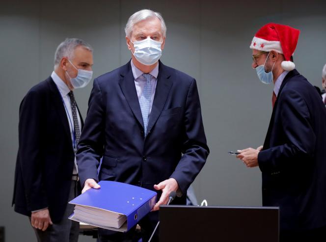 Le négociateur du Brexit pour l'Union européenne, Michel Barnier, tient en main l'accord réglementant les relations entre les Vingt-Sept et le Royaume-Uni, à Bruxelles, le 25 décembre.