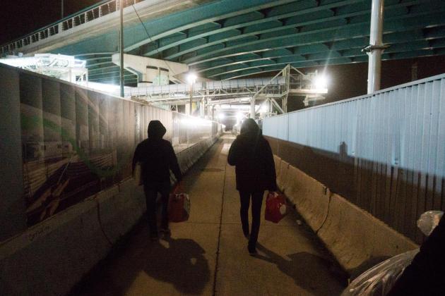 Des bénévoles de l'association Utopia en maraude dans le nord de Paris, dans la nuit du mercredi 23 au jeudi 24 décembre.