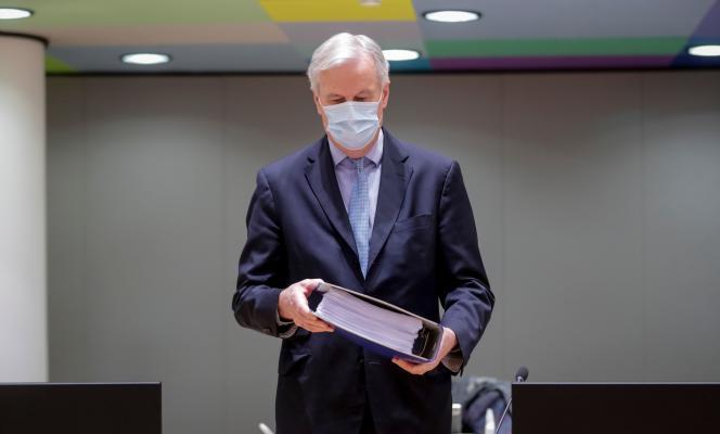 Michel Barnier détient l'accord régissant les relations post-Brexit entre le Royaume-Uni et l'Union européenne le 25 décembre.