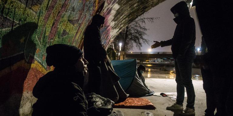 Ici, cinq personnes se cachent dont un afghan arrivé de Pologne depuis 1 semaine. Certains dorment avec une simple couverture sans tente.