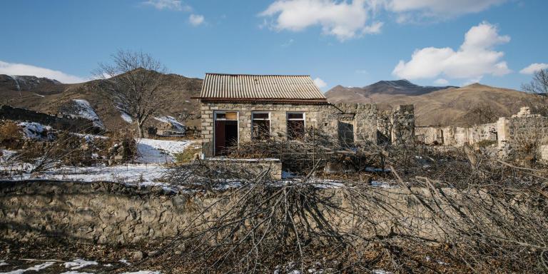 Le 21 décembre 2020. Ville de Kelbajar, Cette zone appartenait aux arméniens il y a peu. Avant de partir, ils ont parfois brûlé leurs maisons et récupéré les toits. Des soldats azerbaïdjanais ont installé une base militaire. Hormis les soldats, c'est une ville fantôme.