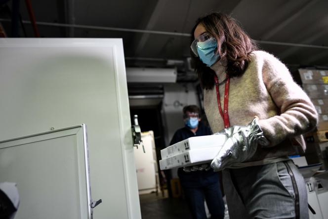 Des boîtes du vaccin Pfizer-BioNTech contre Covid-19 sont conservées à la pharmacie centrale de l'AP-HP, le 26 décembre à Paris.