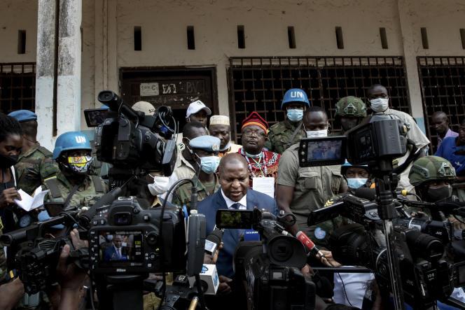 Le président sortant Faustin-Archange Touadera devant un bureau de vote à Bangui, le 27 décembre.