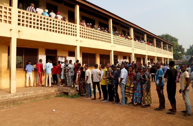 Une file d'attente devant un bureau de vote de Bangui, le 27décembre2020. Antoine Rolland / Reuters