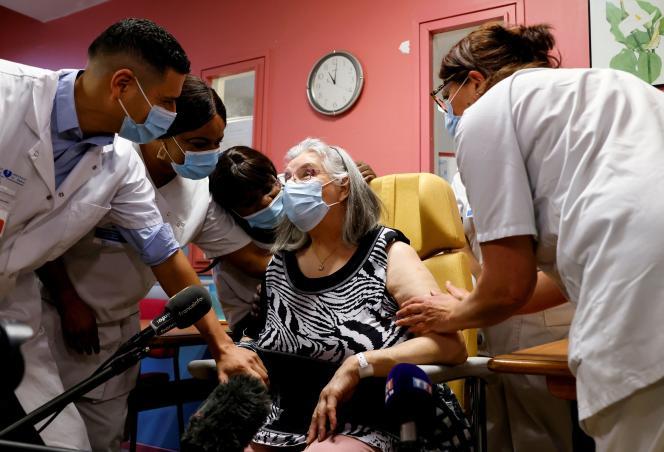 Mauricette, première personne vaccinée en France contre le Covid-19, à Sevran (Seine-Saint-Denis), le 27décembre2020.