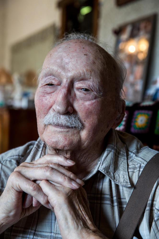 Raymond Savoyat, ancien résistant de la seconde guerre mondiale, photographié chez lui, le 24 mai 2019.