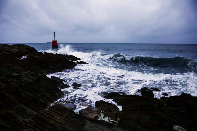 La tempête Bella a touché, dimanche 27 décembre, les côtes bretonne et normande ; ici, près de Cherbourg-en-Cotentin.