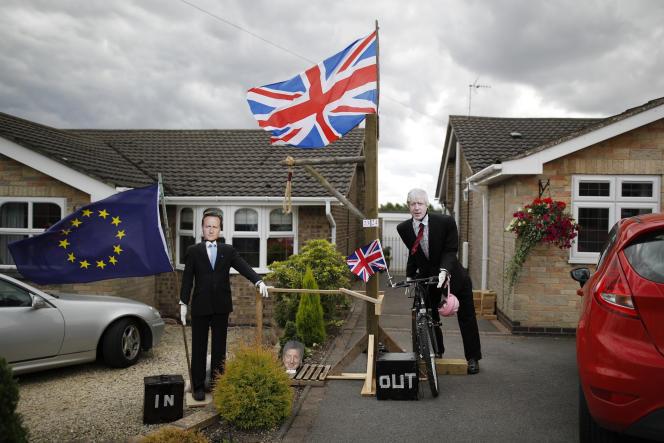 Des épouvantails en carton à l'effigie de David Cameron et Boris Johnson, à Heather (Royaume-Uni), le 31 juillet 2016.