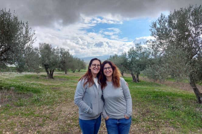 Sélima et Afet Ben Hamouda, dans leur oliveraie près de Mateur, dans le nord de la Tunisie, en décembre 2020.