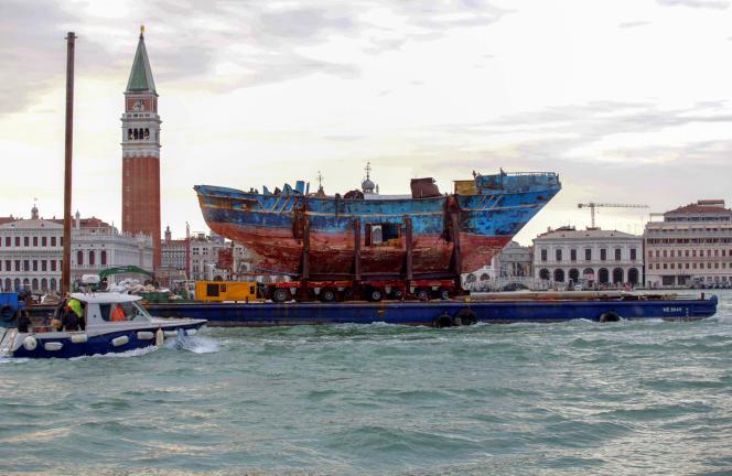 «Barca Nostra», l'épave du chalutierqui avait sombré en mer en 2015, exposée àla Biennale de Venise en 2019.