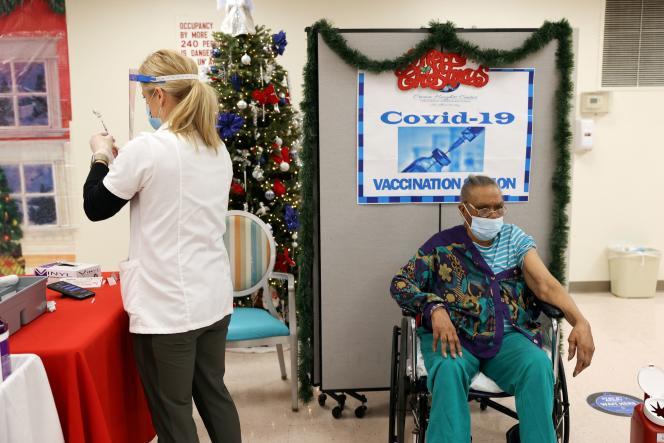 Ina Siler, résidente d'une maison de retraite de Brooklyn, à New York, sur le point d'être vaccinée contre le Covid-19, le 22 décembre.