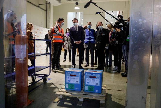 Olivier Véran dans un centre de distribution des vaccins contre le Covid-19, à Chanteloup-en-Brie (Seine-et-Marne), le 22 décembre.