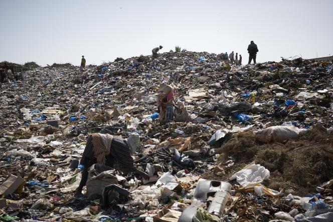 Récupération de pièces de plastique « lourd» sur une décharge à ciel ouvert près de Bamako, en juin 2018.